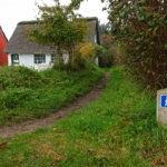 Kleine Fußwege liegen zwischen den Häusern von Sønderho.