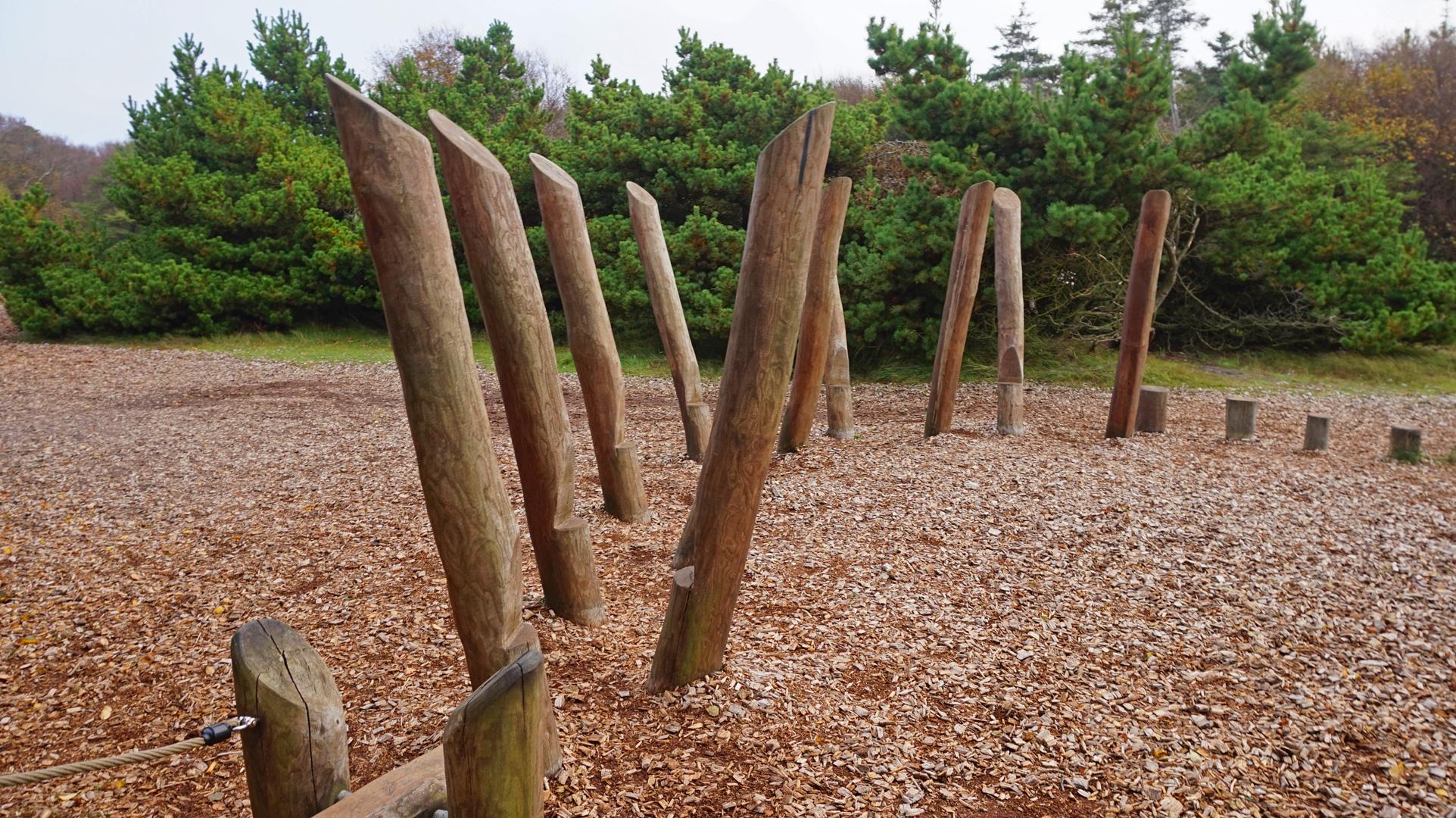 Der Waldspielplatz hält liebevoll gefertigte Spielgeräte aus Holz bereit.