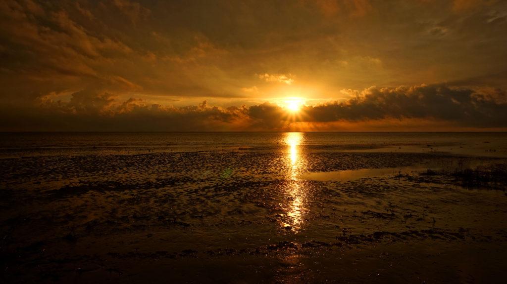 Sonnenuntergang über dem Wattenmeer von Fanø. Gesehen am Strand vor Sønderho.