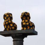 Skulptur der traditionellen Fayence Hunde im Hafen von Nordby auf Fanø.