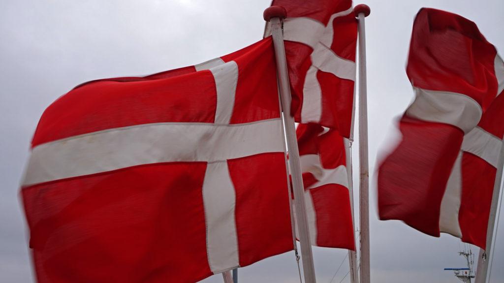 Dänische Flaggen im Hafen von Nordby auf Fanø.