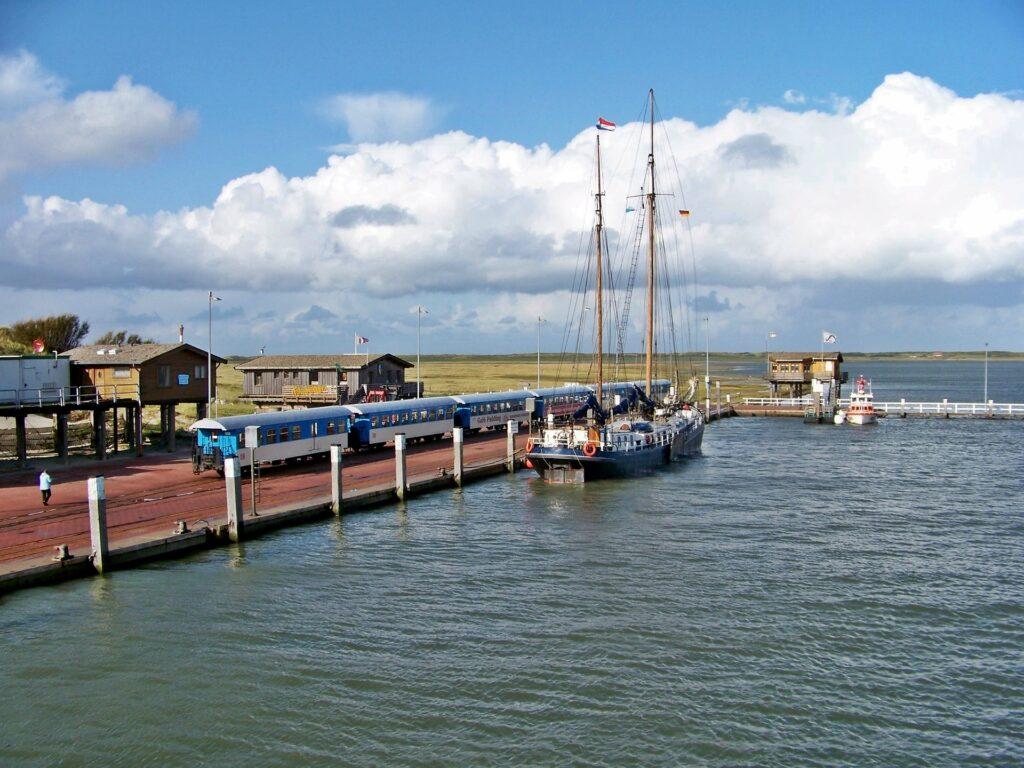 Im Sommer strömen die Besucher auf die Insel - hier der Hafen mit der Inselbahn