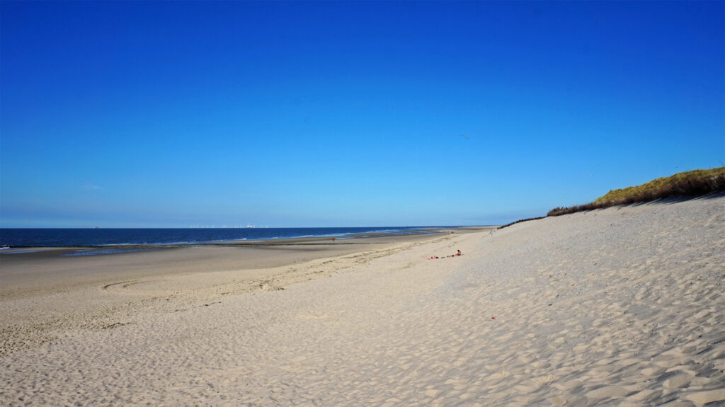 Weiter Strand hinter den Körben im Osten