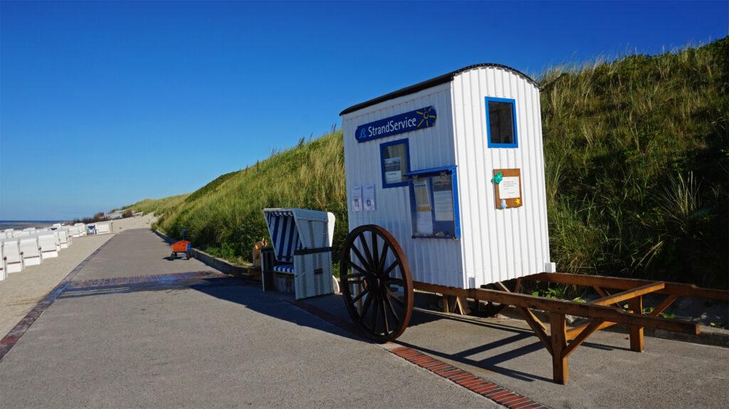 Wagen der Strandwärter an der Promenade