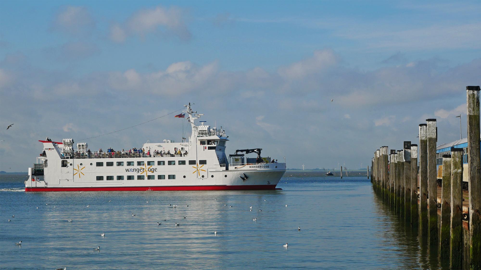 Die Fähre legt im Hafen von Wangerooge an